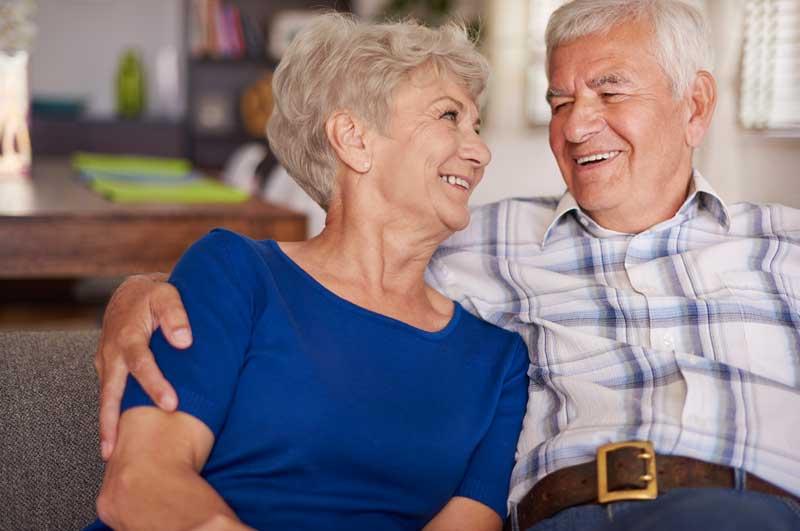 Glückliches Paar in seiner Seniorenwohnung in Wolfratshausen